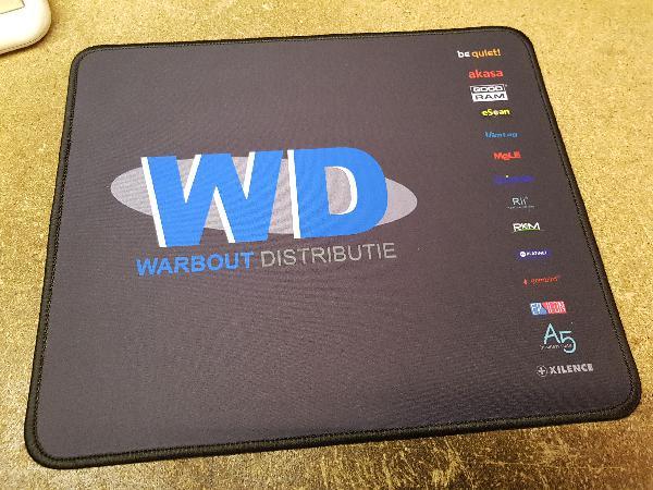 Epsilon muismat 400x900 mm, 3mm dik, glanzend stoffen bekleding op rubber, aan de rand gestikt, per 100 stuks - bedrukt met logo naar keuze
